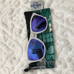 Oakley Accessories - Oakley Frogskins Sunglasses with Soft Case 😎